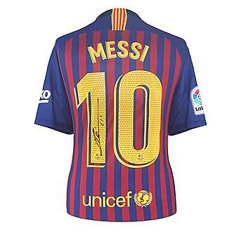ليونيل ميسي يوقع قميص برشلونة 2018-19