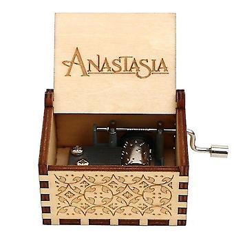 アナスタシアはクリスマス娘の誕生日プレゼントのための手作りの木製オルゴールを彫った