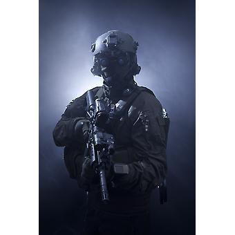 Soldat de forces d'opérations spéciales équipé de vision nocturne et une arme automatique Poster Print
