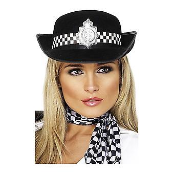 כובע של שוטרת עם תג