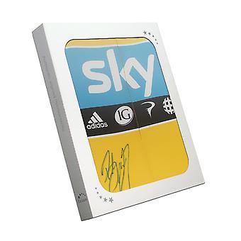 ブラッドリー・ウィギンズがツール・ド・フランス2012イエロージャージーにサイン。ギフトボックス内