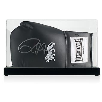 罗伊·琼斯少年签署黑色拳击手套在显示箱