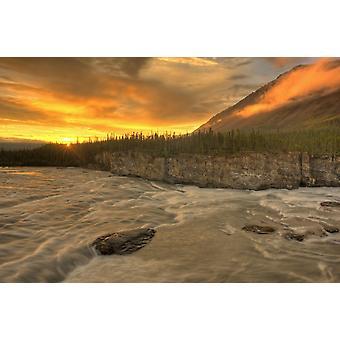 バージニアの滝ナハニ国立公園ノース ウエスト準州 PosterPrint 上水門ボックス急流でオレンジ色の夕日