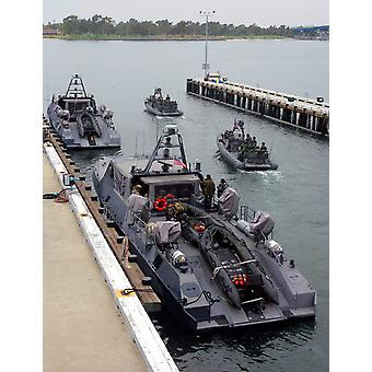 MK-V специальных операций ремесло связали pierside пилотируемых и загружен с боевой резиновый рейдерство ремесло печать плаката Майкл WoodStocktrek изображения