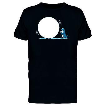 Pinguin mit einem großen Schneeball T-Shirt Männer-Bild von Shutterstock