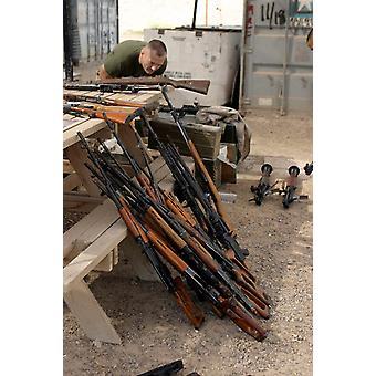 米国海兵隊は Stocktrek 画像を用いたキャッシュ サイト ポスター印刷で見つけた武器の目録を作り