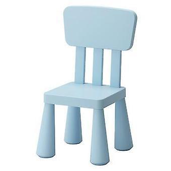 Het studiebureau en plastic stoelen