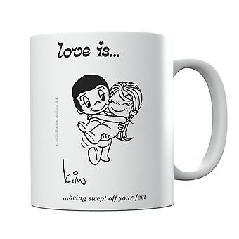 El amor está siendo barrido de la taza de los pies