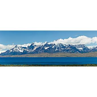 Вид озера с заснеженные горы Кордильеры-дель-Пайне Сармьенто озера Торрес дель Пейн Национальный парк Патагонии Чили Плакат Печать