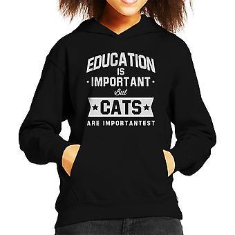 Bildung ist wichtig, aber Katzen sind wichtigst Kid Sweatshirt mit Kapuze
