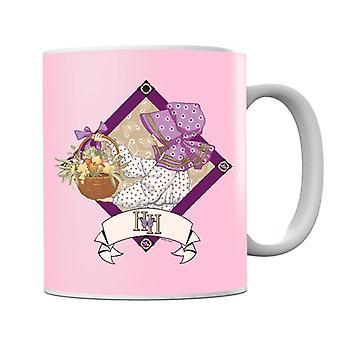 Holly Hobbie con un cesto di tazza di frutta e fiori