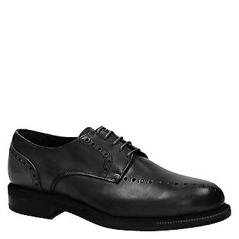 Robe noire à la main-chaussures homme Made in Italy