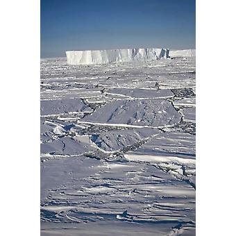 Taulukkomuotoinen jäävuoria keskuudessa rikki nopeasti jään Prince Olav Coast east Etelämantereen Juliste Tulosta Tui De Roy