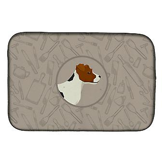 Jack Russell Terrier no prato cozinha esteira de secagem