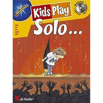 Børn spiller solo...