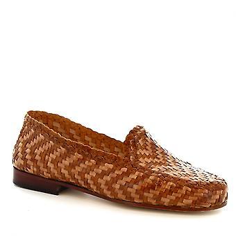 Los mocasines hechos a mano de Leonardo Shoes para mujer en piel de becerro tejida y arenosa