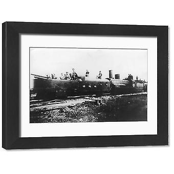 Pociąg pancerny. Duże zdjęcie w ramce. 1918: Opancerzony radziecki pociąg w drodze na front.