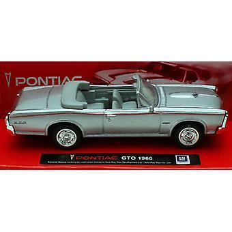 1:43 mittakaavassa valettu hopea 1966 Pontiac GTO Convertible