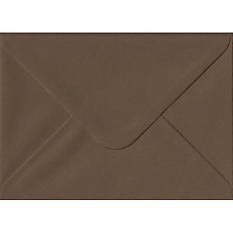 "Chokolade brun gummierede 5 ""x 7"" farvede brune kuverter. 100gsm GF Smith Colorplan papir. 133 mm x 184 mm. bankmand stil kuvert."