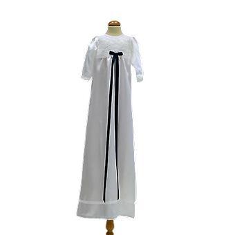 瑞典Ma.v.la的白色洗礼礼服与苗条的海军蓝弓格蕾丝