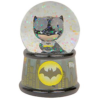 Batman Chibi Gotham Cityn taivaanranta valaisee lumisadepallon