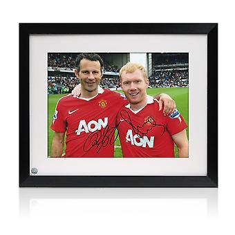 Paul Scholes och Ryan Giggs skrev på ett foto från Manchester United. Inramade