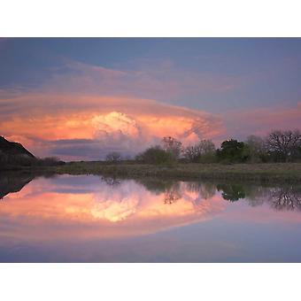 Nubes de tormenta sobre el sur Llano río sur Llano río Parque estatal Texas cartel imprimir por Tim Fitzharris