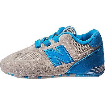 New Balance Boys-apos; KL574 Crib Sneaker, Gris/Bleu, 3 Wide US Infant