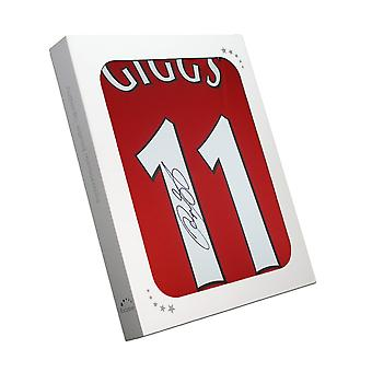 Ryan Giggs allekirjoitti Manchester Unitedin paidan. Lahjalaatikossa