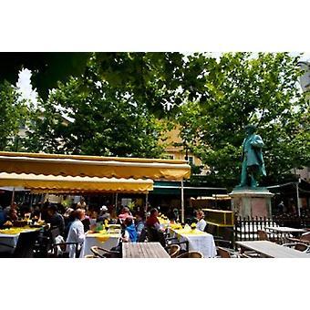 Persone in un ristorante Place Du Forum Arles Bouches-Du-Rhone Provence-Alpes-Cote dAzur France Poster stampa di immagini panoramiche (36 x 24)