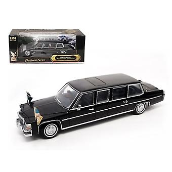 1983 Cadillac Fleetwood Presidential Limousine With Flags 1/24 Diecast Car Model by Road Signature