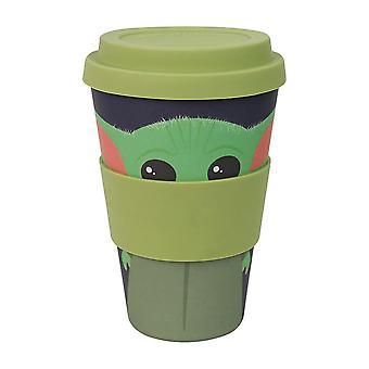 La taza de viaje Mandalorian Bamboo Baby Yoda verde/azul, impresa, 100% bambú/silicona, capacidad aprox. 350 ml.