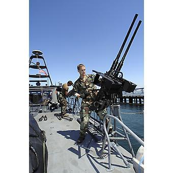 San Diego Kalifornien 19 maj 2008 - Special warfare stridande craft besättningsmän montera 50 kaliber maskingevär till styrbord sida av en MK V specialförband craft under manövrar i Coronado Bay Poste