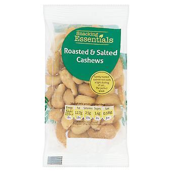 Essentials comiendo asan y salazón de nueces de la India