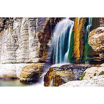 Seinämaalaus kaunis vesiputous Martvilin kanjonissa