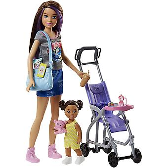 باربي fjb00 الأسرة جليسة أطفال امرأة سمراء دمية مع الطفل والاكسسوارات، مع playset برام، متعدد- كول