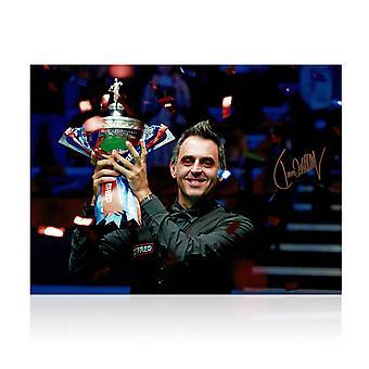 Ronnie O'Sullivan signiert Snooker Foto: Sechsfacher Weltmeister