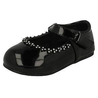 Chicas lugar en zapatos de fiesta de detalle de Diamante