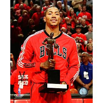 Derrick Rose poserar med den 2010-11 NBA MVP Trophy Photo Print