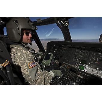 Pilot das Cockpit des UH-60 Black Hawk Hubschrauber während de Flug nach Playas Training Bereich New Mexico während des Trainings Angel Thunder 2013 Poster Print in Betrieb
