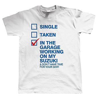 In der Garage arbeiten auf meinem Suzuki Herren lustige Biker T Shirt