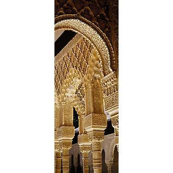 Низкий угол зрения резьбы на арки и колонны дворца суда Льва Альгамбры Гранада Андалусия Испания Плакат Печать