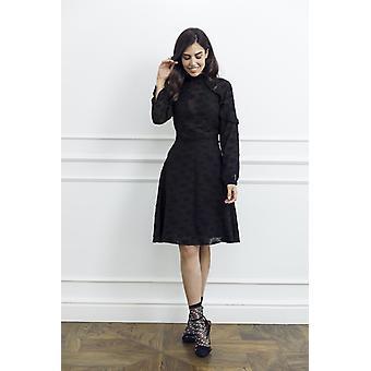 Liten svart kvinne kjole