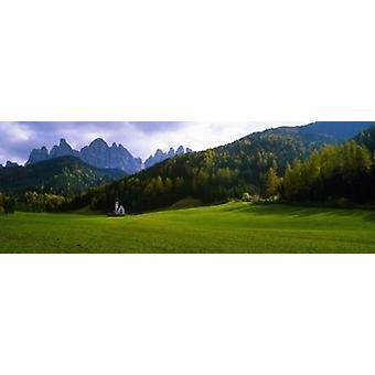 עמק עם כנסייה והרים ברקע סנטה מדלנה ואל דה Funes Le Odle הדולומיטים כרזה איטליה פוסטר הדפסה
