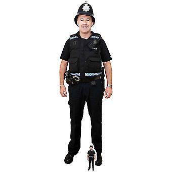 Un policier britannique avec casque grandeur nature en carton découpe / voyageur debout