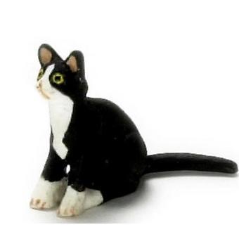 Nukketalo Musta kissanpentu valkoisilla sukkilla istuu miniatyyri lemmikkieläin 1:12 Kissa