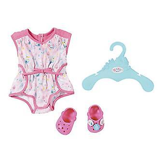 靴と赤ちゃん生まれたパジャマ人形服
