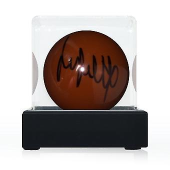 Jimmy White allekirjoitti Brown Snooker Ballin. Näyttökotelossa