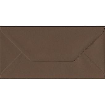 Chokolade brun gummierede DL farvede brune kuverter. 100gsm GF Smith Colorplan papir. 110 mm x 220 mm. bankmand stil kuvert.