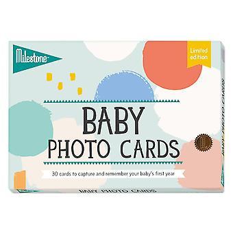 Baby drží karty podľa míľnika - novorodenec prvý rok spomienky limitovaná edícia